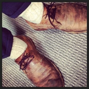 Simon Baker selfie shoes