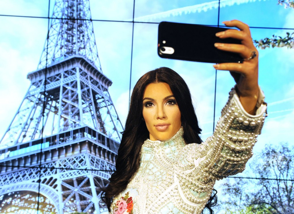 Kardashian in Paris selfie