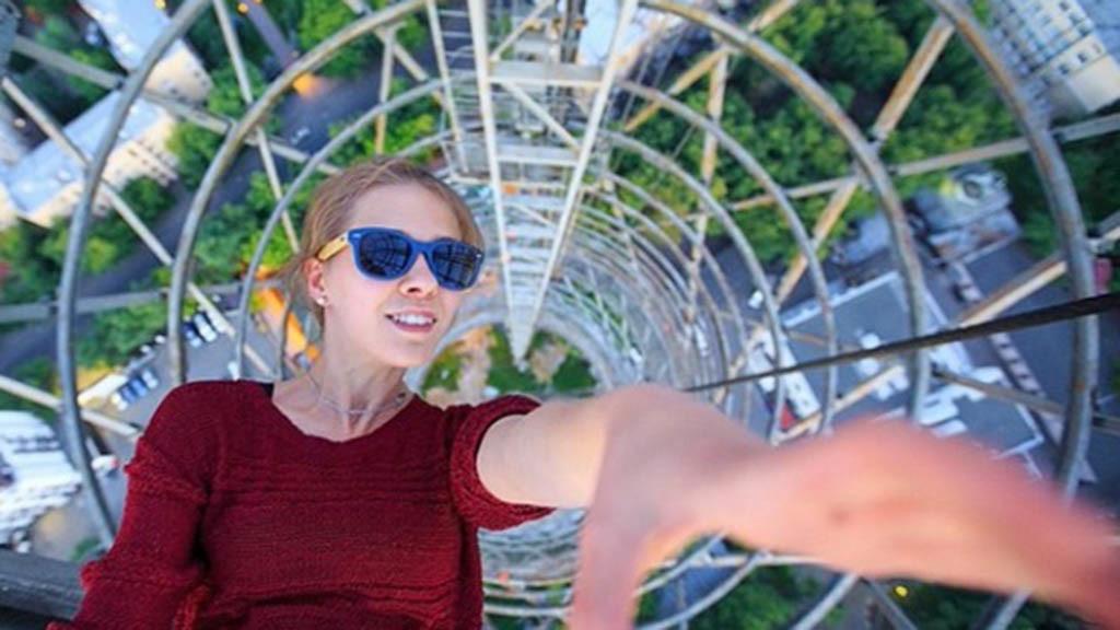 Angela Nikolau extreme selfie