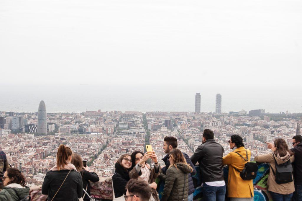 girls taking a selfie overlooking the city, ferran feixas