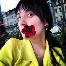 eat flower selfie