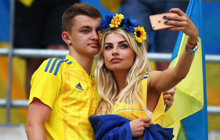 This gorgeous couple dressed in blue and yellow are cheering for the Ukrainian team