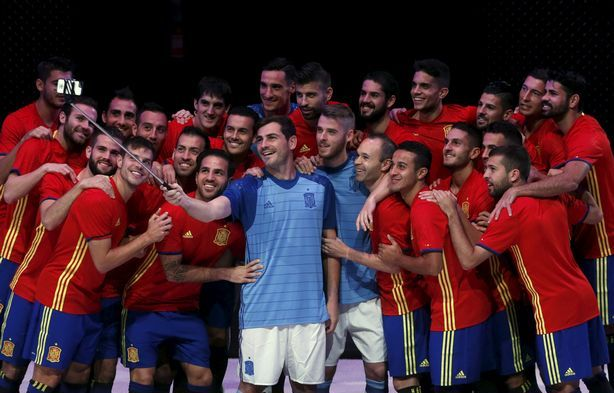 Next is the photo of Spanish National team players posing for a group selfie