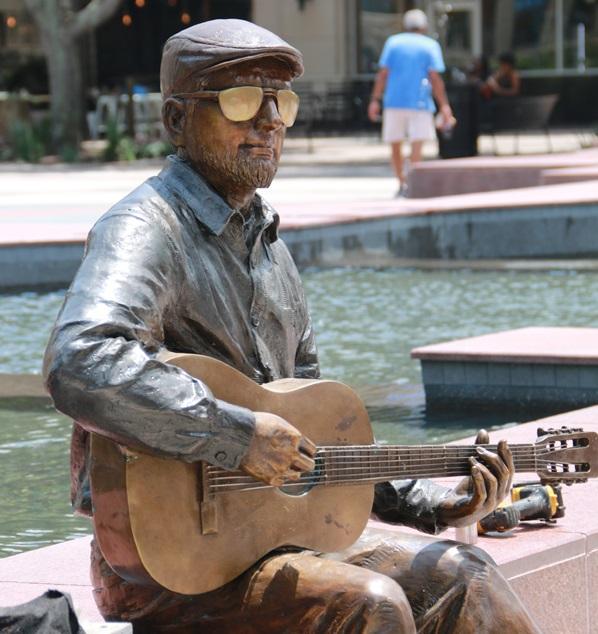 Selfie Statue Erected in Texas